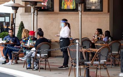 Od 25 stycznia restauracje i kawiarnie w Kalifornii (na zdjęciu Los Angeles) mogą obsługiwać klientó
