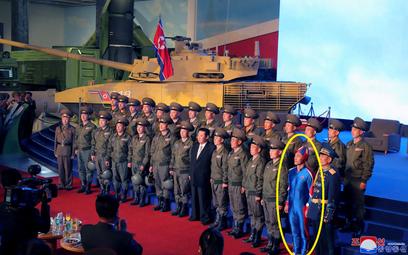 """""""Kapitan KRLD"""". Kim jest żołnierz w tajemniczym stroju obok Kim Dzong Una?"""