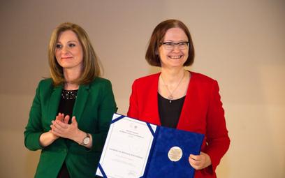 Od prawej: profesor Irena Lipowicz z nagrodą im. Michała Serzyckiego i prezes UODO Edyta Bielak-Joma