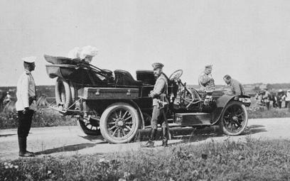 Car Mikołaj II przy jednym ze swych aut. Rosja, październik 1906 r.