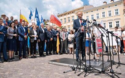 W środę na rzeszowskim rynku Konradowi Fijołkowi poparcia udzielili samorządowcy z całej Polski