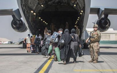 Ambasada USA: Oddalcie się od lotniska w Kabulu. Zagrożenie