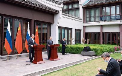 Szefowie rosyjskiej i chińskiej dyplomacji Siergiej Ławrow i Wang Yi na wtorkowej konferencji prasow