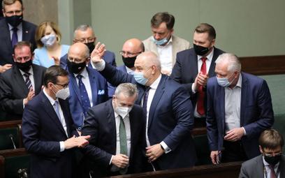 Członkowie rządu po odrzuceniu przez Sejm wniosku o wotum nieufności wobec Jacka Sasina