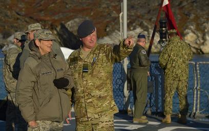 Dowódca duńskiego obszaru Arktyki, gen. Kim Jesper Jorgensen z amerykańską generał Ellen Pawlikowski