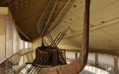 Słoneczną barkę Cheopsa można oglądać w specjalnym pawilonie muzealnym