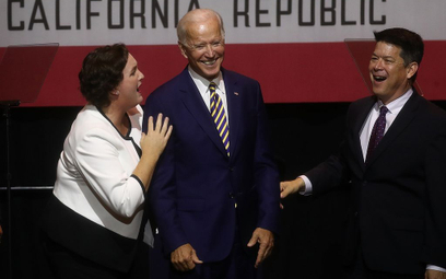 Donald Trump przekonuje, że Joe Biden (w środku) nie miałby z nim szans w walce wręcz