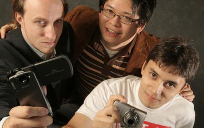 Założyciele YouTube'aChad Hurley, Steve Chen iJawed Karim pozują wsiedzibie firmy – wSan Mateo (