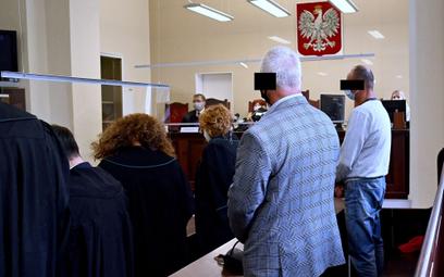 Oskarżeni: Sylwester B. (2P) i Robert M. (P) na sali Sądu Okręgowego w Szczecinie