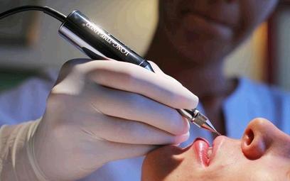 Niektórzy prawnicy twierdzą, że kosmetolodzy są uczeni ?na studiach, jak przeprowadzać zabiegi
