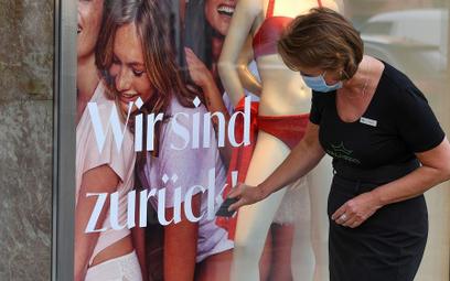 W Austrii od wtorku handel prawie jak dawniej. Wróciliśmy! – napis na sklepie w Innsbrucku