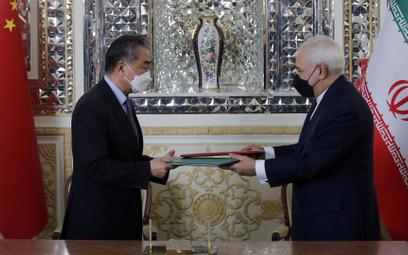 Ministrowie spraw zagranicznych Chin i Iranu - Wang Yi i Javad Zarif