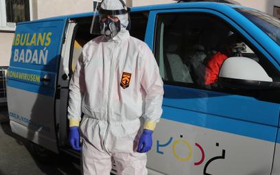 Pracownik ochrony zdrowia w odzieży ochronnej
