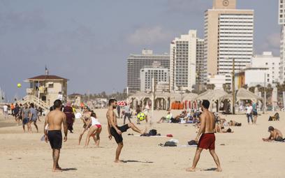 """Niewykluczone, że świadectwo szczepienia stanie się """"wizą turystyczną"""". Na zdjęciu: plaża w Tel Awiw"""