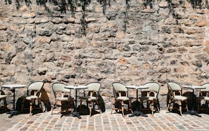 Stoliki we francuskiej kawiarni