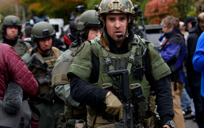 Jednostka SWAT na miejscu tragedii w Pittsburghu