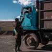 Armeński żołnierz sprawdza dokumenty kierowcy ciężarówki w punkcie kontrolnym na granicy z Azerbejdż