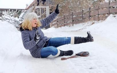 Zimą najczęściej zdarzają się upadki na nieodśnieżonej drodze
