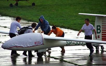 Tadeusz Wrona (pierwszy z prawej) zaczynał od lotów na szybowcach. Do tej pory w każdy wolny wiosenn