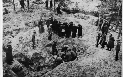 Reprodukcja zdjęcia z ekshumacji zwłok w lesie katyńskim (ze zbiorów Muzeum Katyńskiego)