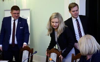 Tomasz Rzymkowski (na zdjęciu po lewej stronie) na posiedzeniu komisji ws. Amber Gold