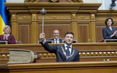 Nowy prezydent z symbolem swojej władzy: hetmańską buławą