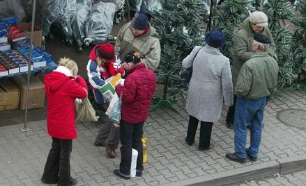 Drobni handlarze sprzedają przemycane papierosy