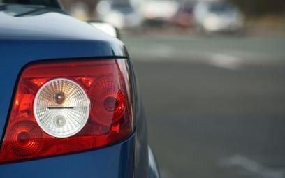 Komis odpowiada za sprzedaż kradzionego auta, mimo pieczątki na fakturze