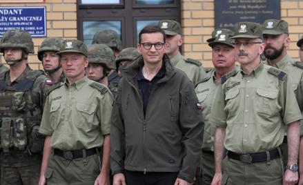Mateusz Morawiecki we wtorek spotkał się z funkcjonariuszami Straży Granicznej w Kuźnicy na Podlasiu