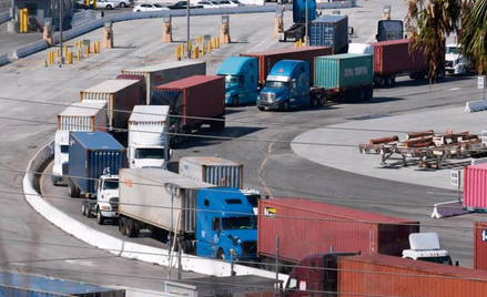 Port Los Angeles – kolumny ciężąrówek próbują wydostać się z nabrzeży