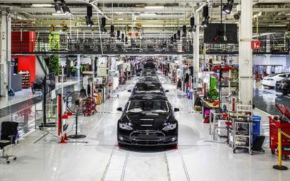 Z powodu koronawirusa Tesla zawiesza produkcję w USA. Fabryka w Chinach już pracuje