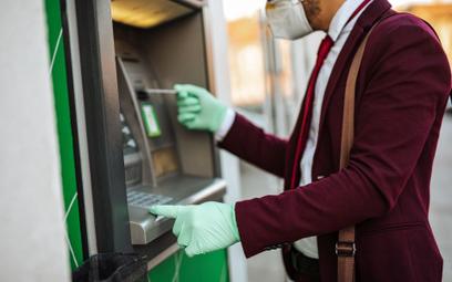 Bankomaty są myte, ale lepiej płać kartą