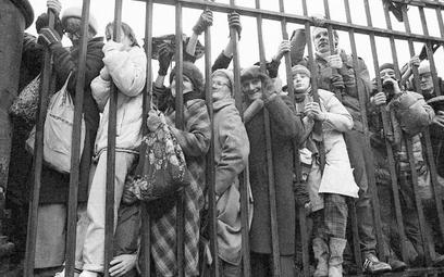 Warszawiacy gromadzili się tłumnie przy płocie Pałacu Namiestnikowskiego tylko w dniu rozpoczęcia ob