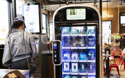Na razie maszyny vendingowe sprzedają głównie słodycze i napoje, ale też elektronikę jak w przypadku