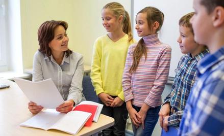 Jeden opiekun w klasie najmłodszych dzieci to często za mało