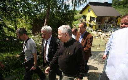 Jarosław Kaczyński podczas spotkania z powodzianami (zdjęcie z 7 czerwca)