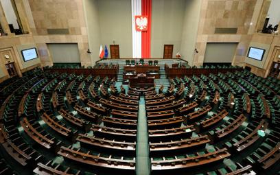 Sondaż: Duży spadek poparcia dla partii Szymona Hołowni, KO goni PiS