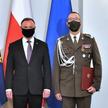 Prezydent Andrzej Duda i generał broni Tomasz Piotrowski podczas uroczystości w Pałacu Prezydenckim