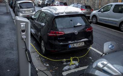 Elektryczny samochód na ulicy w Oslo