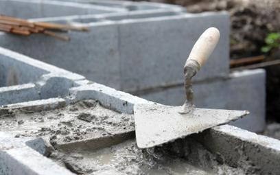 Sprzedaż działki z niezakończoną budową bez zwolnienia z VAT