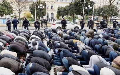 Publiczna modlitwa przed ratuszem w Clichy pod Paryżem