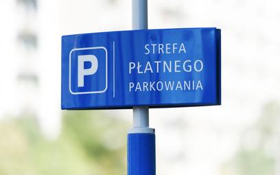 Życie w miastach zamarło, ale parkowanie nadal płatne