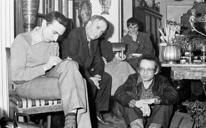 Starszyzna KOR-u, od lewej: Piotr Naimski, Józef Rybicki i Wojciech Onyszkiewicz. Na podłodze - Jan