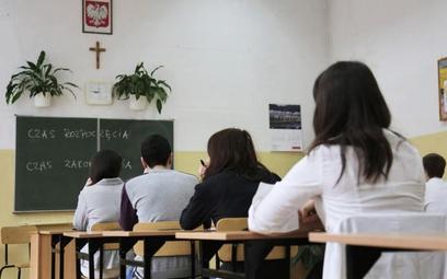 W niektórych miastach w związku z przepełnieniem szkół biskupi zgodzili się na zmniejszenie liczby g