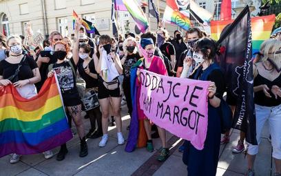 Sierpień 2020, aktywiści LGBT protestują po zatrzymaniu Margot
