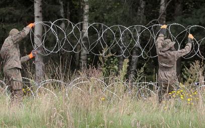 Montaż drutu kolczastego na granicy pomiędzy Polska i Białorusią w pobliżu miejscowości Grzybowszczy