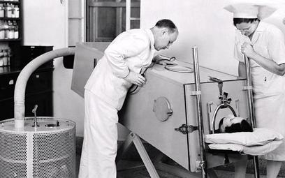 """Pierwsze """"żelazne płuco"""" powstało w 1928 r. Pomagało dzieciom, które przeszły polio"""