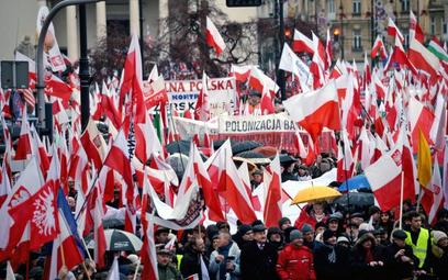 Podczas weekendowych marszów nad głowami manifestantów powiewały flagi. W niedzielę brak było jednak