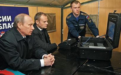 Premierzy Polski i Rosji Donald Tusk i Władimir Putin spotkali się na miejscu katastrofy 10 kwietnia