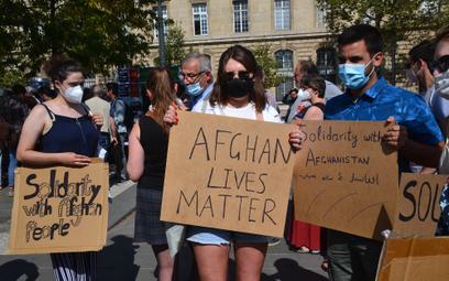 """""""Życie Afgańczyków ma znaczenie"""" – demonstracja w Paryżu, której uczestnicy domagali sięod władz Fr"""